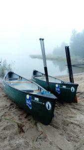 Kaksi kanoottia Elban rannalla