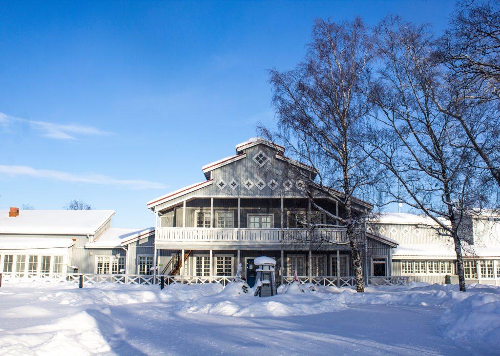 Villa Elban päärakennus kauniina helmikuun päivänä2019