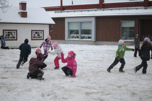 Lapset leikkimässä ulkona talvella