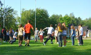 Ryhmä nuoria pelaamassa